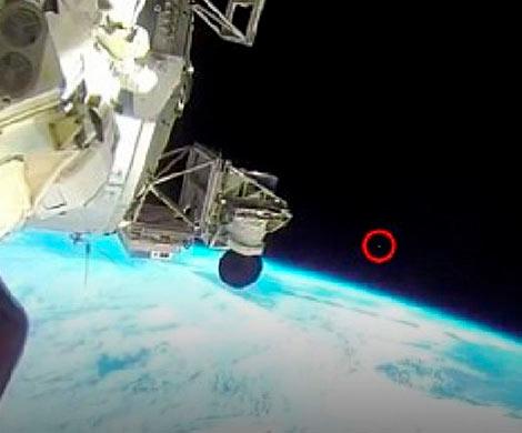 Уфологи: Астронавт МКС намерено закрыл рукой пролетающий мимо станции НЛО
