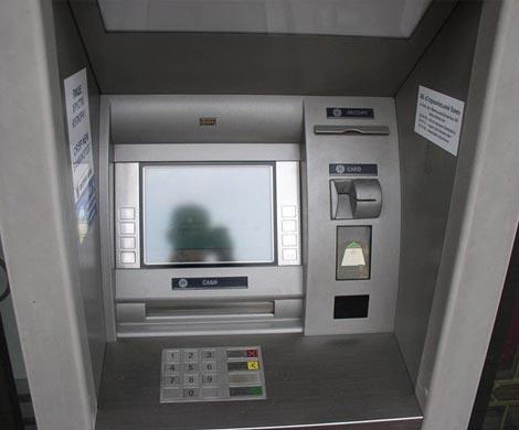 Жительница Китайская народная республика сломала палкой икирпичом 22 банкомата