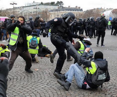 Дубинки и резиновые пули остаются самым ходовым инструментом полиции против неуправляемой толпы