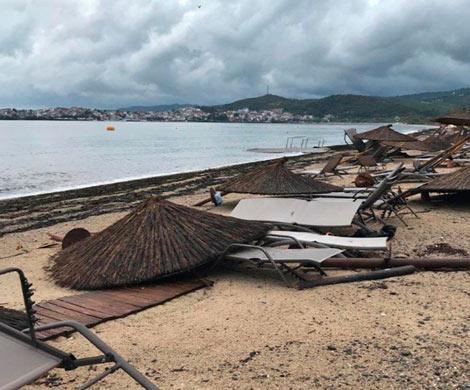 Двое российских туристов погибли при шторме в Греции