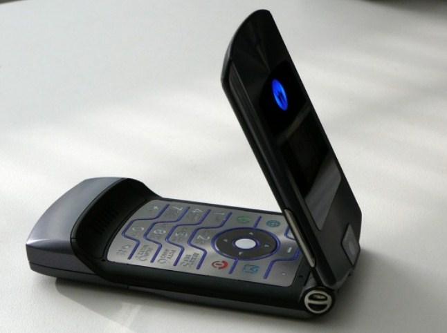 Легендарный телефон Motorola Razr может получить сгибающийся экран