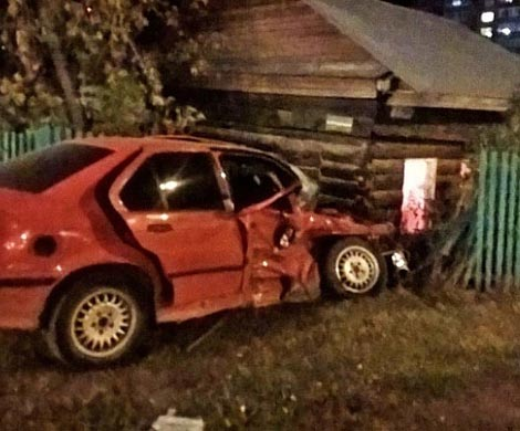 БМВ 3 врезался в личный дом после столкновения ссобратом вНовосибирске