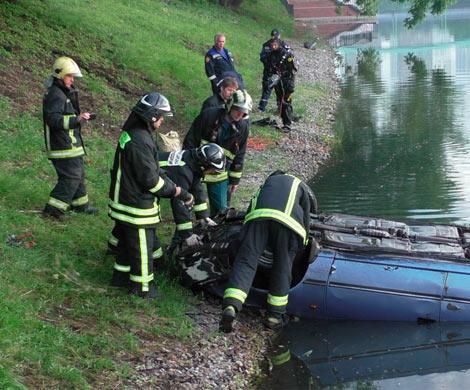 Машина упала в водоем наюго-западе столицы