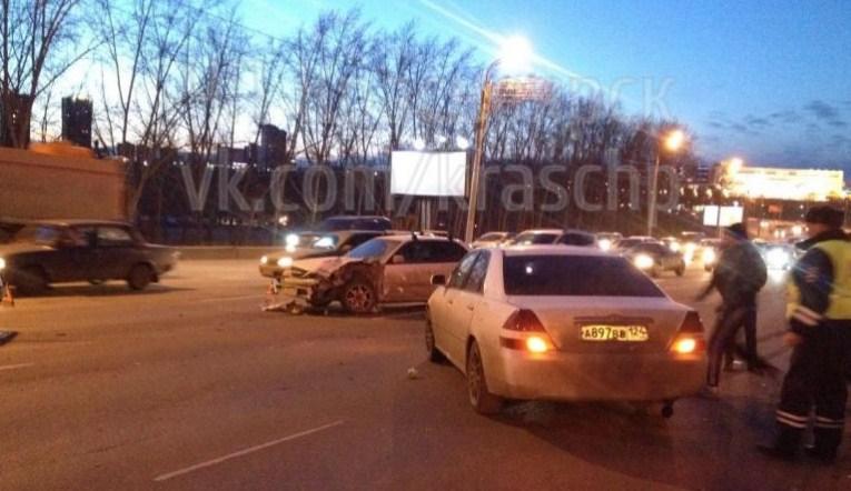 НаОктябрьском мосту случилось массовое ДТП сучастием 3-х машин