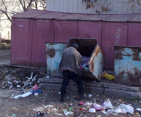 Красноярка оставила ребенка около мусорки рядом сбомжами
