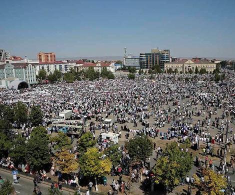 ВГрозном десятки тыс. активистов вышли назащиту мусульман