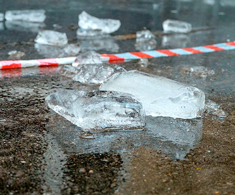 НаСахалине рухнувшая скрыши снежная глыба убила человека