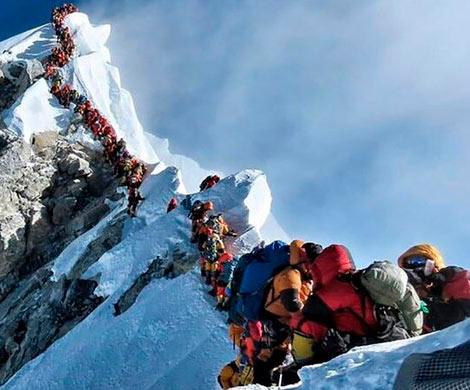 На Эвересте появились очереди из альпинистов