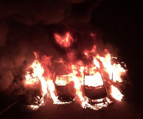 4 автомобиля пострадали при ночном пожаре наМаршала Жукова