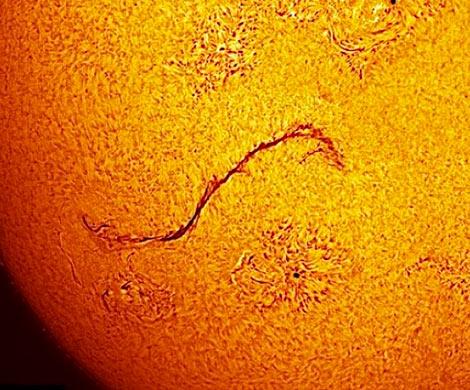 Специалисты NASA: Всолнечной короне возникла огромная трещина