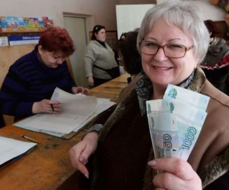 Пенсии россиянам выплатят досрочно