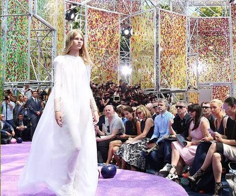 Появление 14-летней полуобнаженной модели в показе Dior вызвало скандал