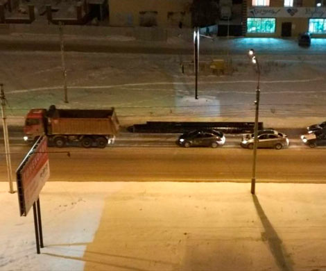 Выпавшие изКамАЗа трубы перекрыли проезд поулице Ипподромской вНовосибирске