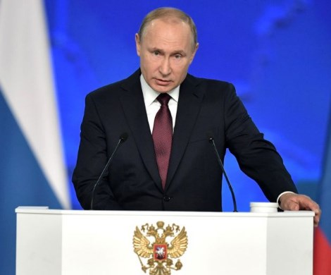 Путин верен себе: президент защитил пенсии и пособия россиян от приставов