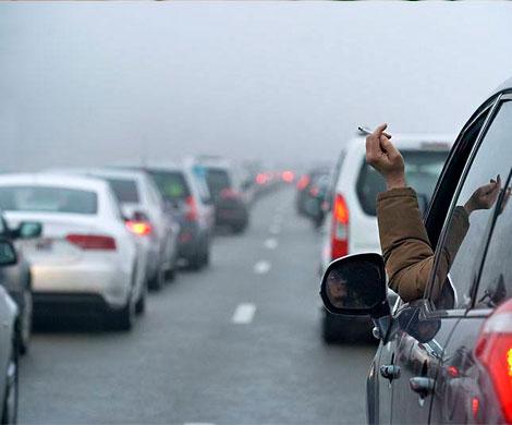 Российским водителям запретят курить за рулем