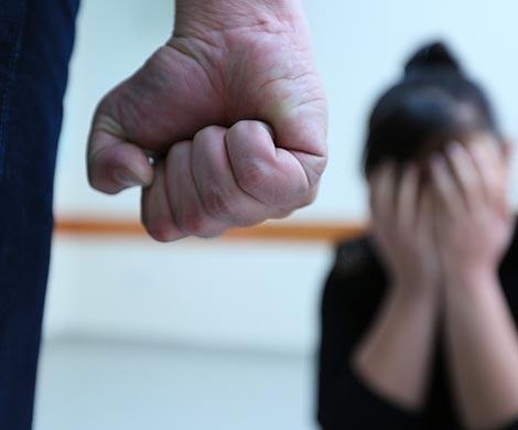 Школьницу избили иизнасиловали вподъезде навостоке столицы