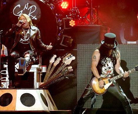 Солист Guns'n'Roses выступает с AC  DC