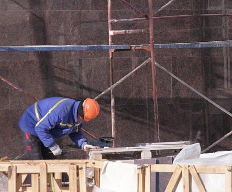 Строительный лифт упал вместе срабочим наюге столицы