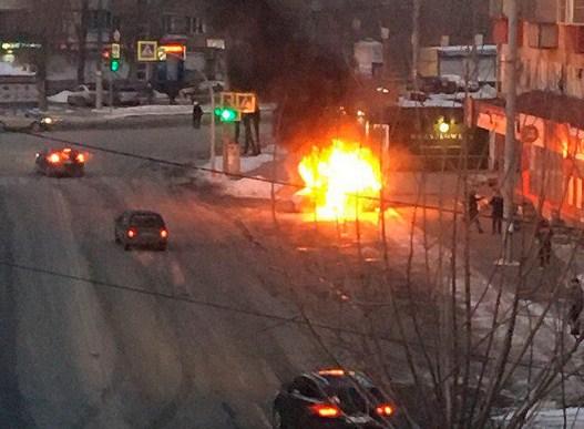 Иностранная машина спассажирами загорелась ивзорвалась— Взрыв вЧелябинске