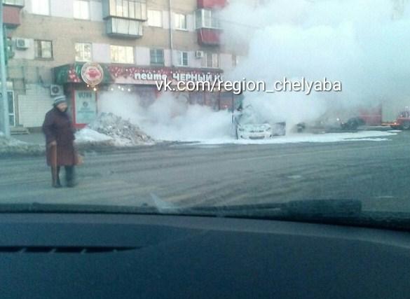 Вцентре Челябинска взорвалась иностранная машина, есть пострадавшие