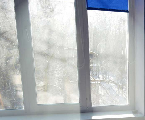Запотевшее окно. Фото с сайта neoenerg.ru