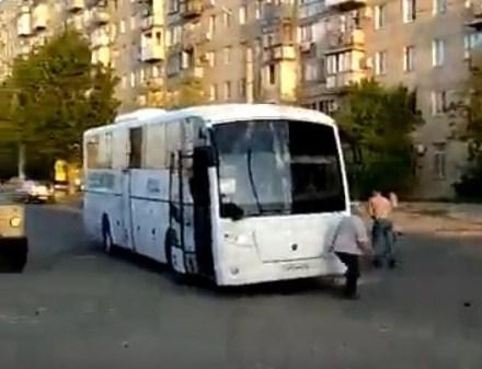 Появилось видео изАстрахани, где мужчина среди дороги разбил автобус и легковую машину