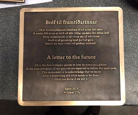 В Исландии установили мемориал растаявшему леднику