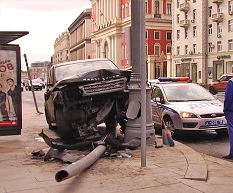 Утром в столице Range Rover врезался вавтобусную остановку