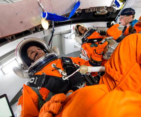 NASA делает снабженный портативным туалетом скафандр для корабля Orion