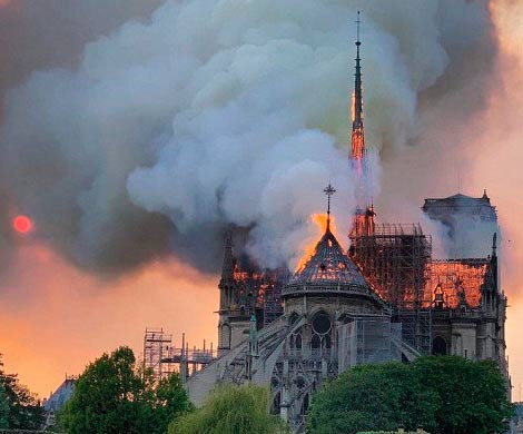 В огне пострадал собор Парижской Богоматери