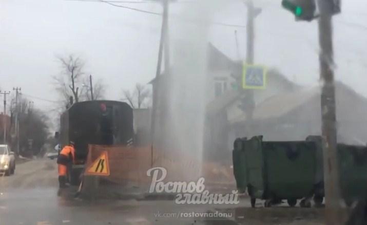 Из-за прорыва трубы 10-метровый коммунальный фонтан забил вРостове