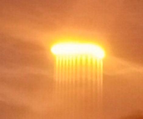 ВСША увидели светящийся НЛО сдлинными световыми лучами