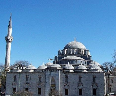 Упавшая люстра ранила 11 прихожан турецкой мечети