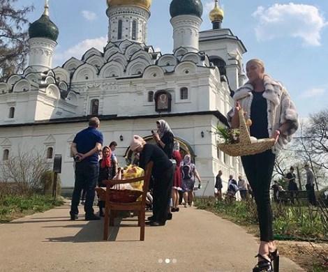 «Волочкова отжигает»: соцсети осудили балерину за странное фото на фоне храма