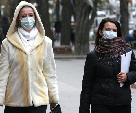 Эпидемия: в Роспотребнадзоре советуют россиянам не выходить из дома без масок
