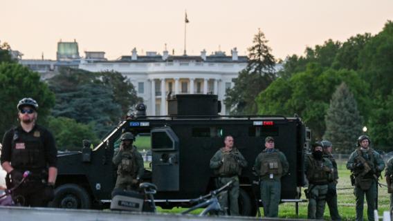 США на пороге революции: военная техника в Вашингтоне, Дональда Трампа пришлось прятать в бункер